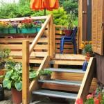 Holzterrasse mit Treppenzugang