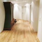 Der Holzboden im Gang, die Einrichtungselemente und die Türen in vornehmer Eleganz